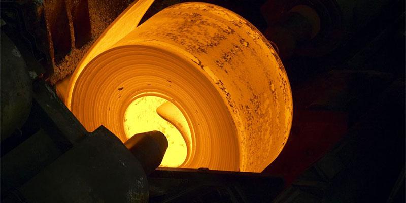 Thép cán nóng được sản xuất theo dạng cuộn.